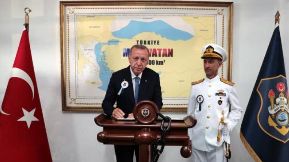 Νέα πρόκληση από Ερντογάν: Φωτογραφίζεται σε χάρτη που δείχνει τουρκικό το μισό Αιγαίο! (ΦΩΤΟ)