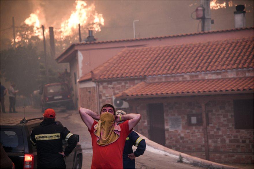 Συγκλονιστικές εικόνες από τη φωτιά στην Εύβοια: Στις αυλές των σπιτιών οι φλόγες!