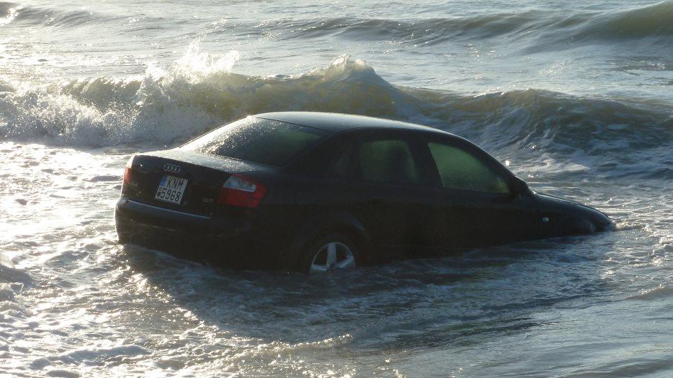 Θρίλερ στη Δραπετσώνα: Αυτοκίνητο έπεσε στη θάλασσα – Ψάχνουν την οδηγό!