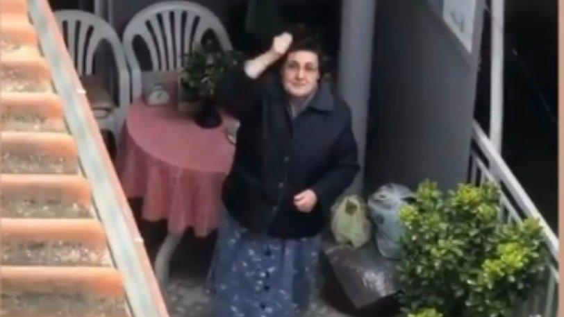 «Η τρέλα ηλικία δεν κοιτά»! Απίστευτη γιαγιά φωνάζει συνθήματα για τον ΠΑΟΚ από το μπαλκόνι της! (BINTEO)