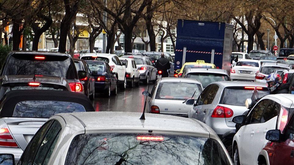 Κίνηση-Καιρός: Τεράστιο μποτιλιάρισμα στους δρόμους – Ουρές χιλιομέτρων, λόγω βροχής