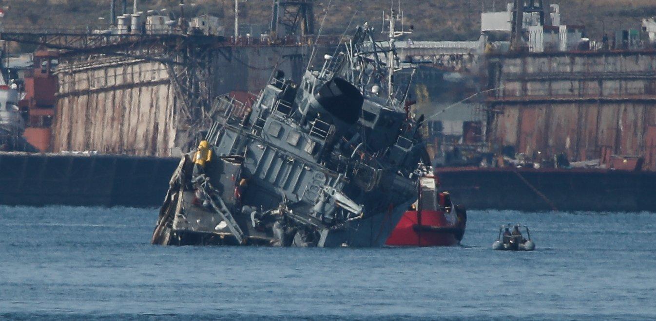 """Συναγερμός στο λιμάνι του Πειραιά! Σύγκρουση εμπορικού πλοίου με το πολεμικό """"Καλλιστώ""""! Μισοβυθίστηκε το δεύτερο! (ΦΩΤΟ&ΒΙΝΤΕΟ)"""