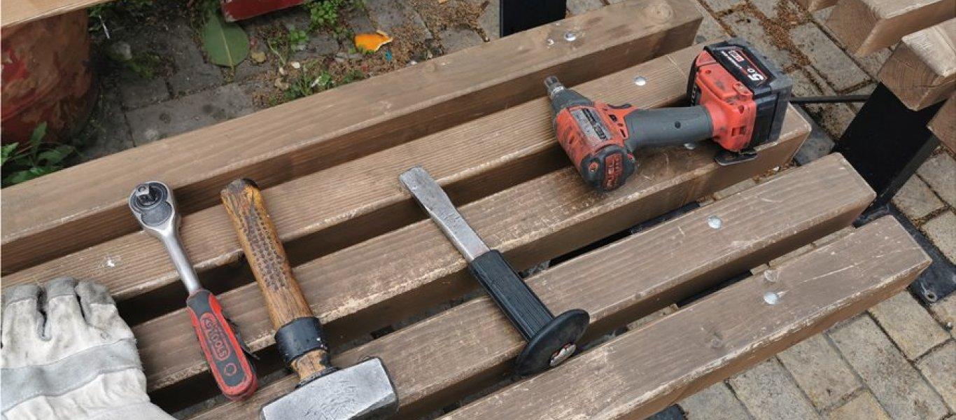 Ξηλώνουν τα παγκάκια στην Καλλιθέα για να μην κάθονται οι ηλικιωμένοι! (φώτο)