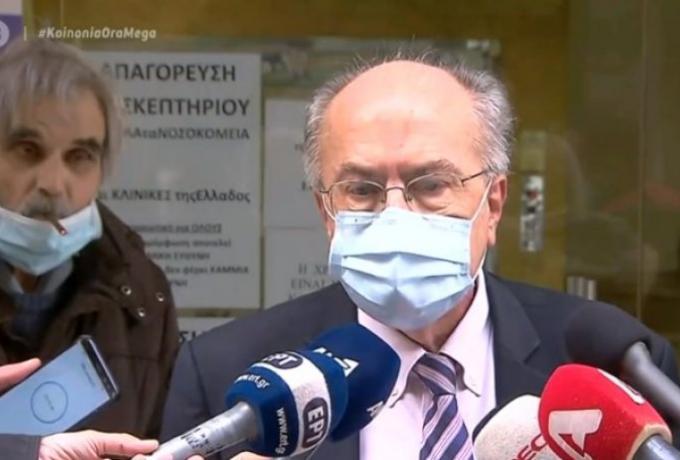 Έπος: Τύπος άναψε τσιγάρο έξω από κλινική και άρχισε να φουμάρει, ενω γίνονταν δηλώσεις στις κάμερες (vid)