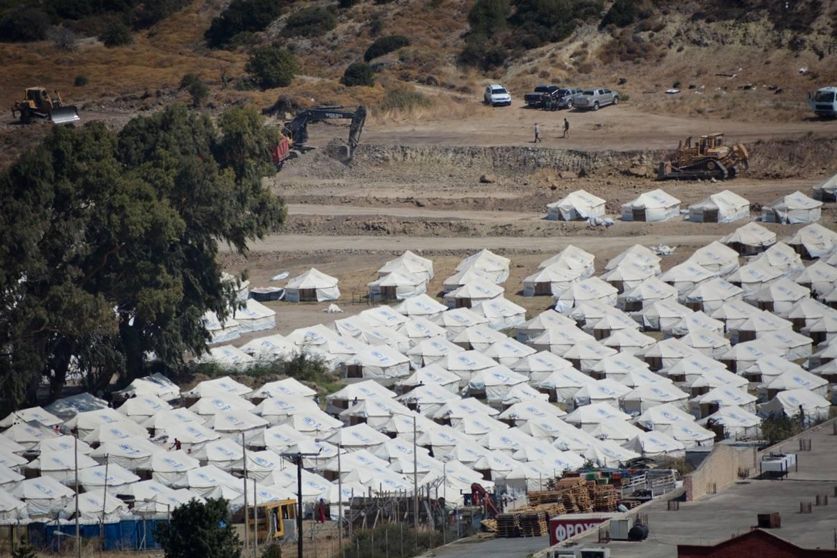 ΣΥΝΑΓΕΡΜΟΣ ΣΤΟ ΚΑΡΑ ΤΕΠΕ : Επιχείρηση της ΕΛ.ΑΣ. για τη μεταφορά μεταναστών- «Έβαλαν μπροστά» τις γυναίκες αστυνομικούς! (ΒΙΝΤΕΟ)