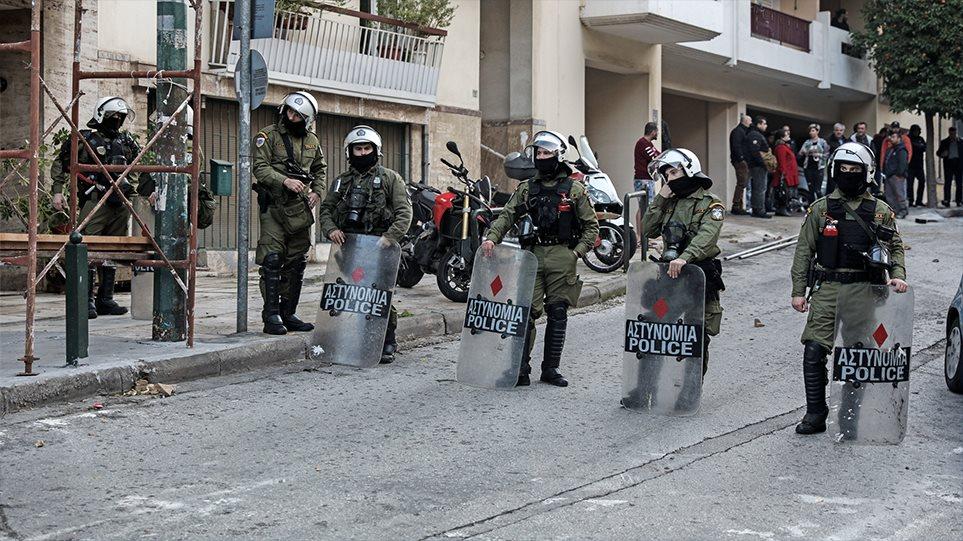 Εκκένωση καταλήψεων στο Κουκάκι: Πήγαν να αρπάξουν το όπλο αστυνομικού λέει η ΕΛΑΣ! Παγίδες με καρφιά είχαν φτιάξει οι… (BINTEO)