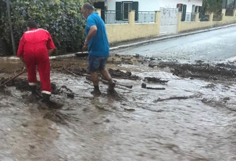 IΣΧΥΡΕΣ ΚΑΤΑΙΓΙΔΕΣ στη Δυτική Ελλάδα! Πλημμύρες στην Αγία Ευφημία Κεφαλονιάς – Μάχη για να σωθούν περιουσίες! (ΦΩΤΟ&ΒΙΝΤΕΟ)