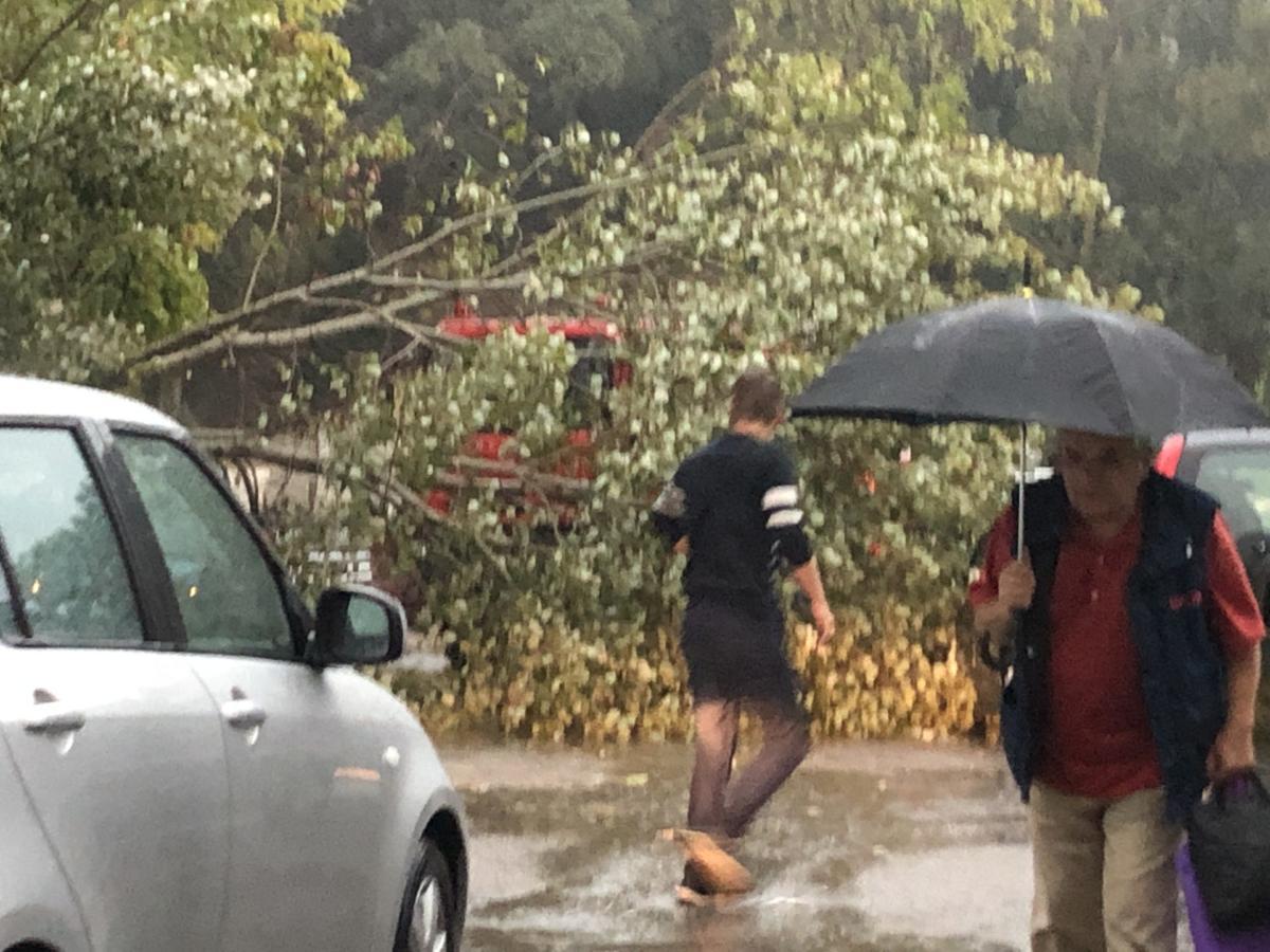 Boυλιάζει η ΚΕΡΚΥΡΑ! Εικόνες ΣΟΚ από το Κέντρο Υγείας! Πλημμύρες, πτώσεις δέντρων και δεμένα πλοία! Μέτωπο καταιγίδων θα ΣΑΡΩΣΕΙ τη χώρα!