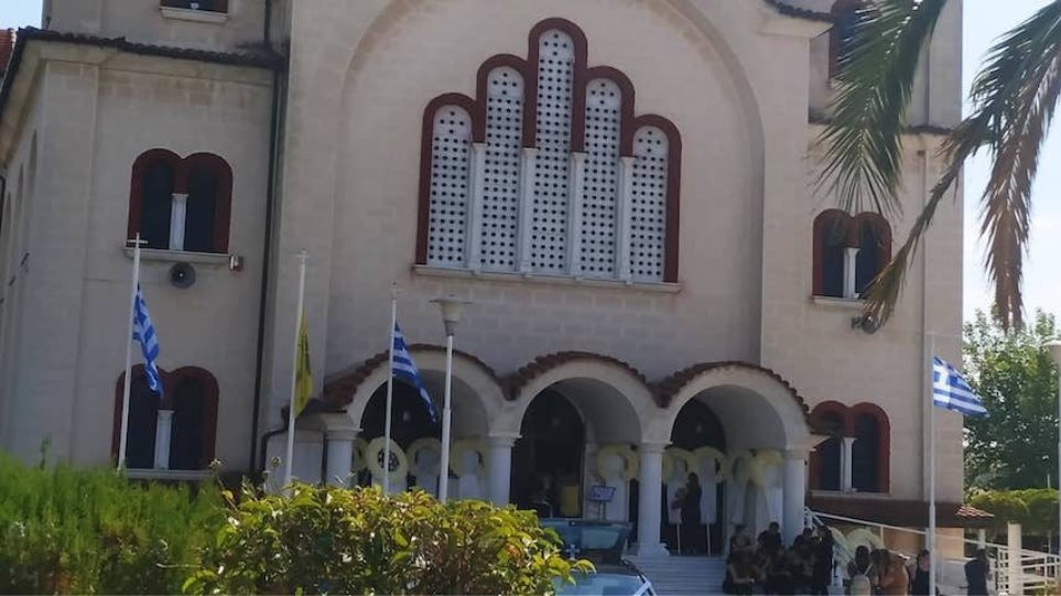 Τραγωδία στον Αλμυρό: Θρήνος στην κηδεία της 14χρονης που σκοτώθηκε σε λούνα παρκ! ραγικές φιγούρες η μητέρα και τα αδέλφια της (ΒΙΝΤΕΟ)