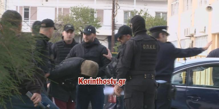 Εγκλημα στους Αγίους Θεοδώρους: «Αλήτες, δολοφόνοι» -Οργή συγγενών έξω από τα δικαστήρια για τους δύο Ρομά!