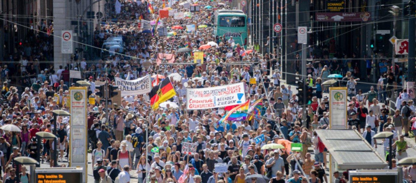 Χιλιάδες Γερμανοί βγήκαν στους δρόμους ενάντια στις απαγορεύσεις του κορωνοϊού – Μεγάλη διαδήλωση στο Βερολίνο