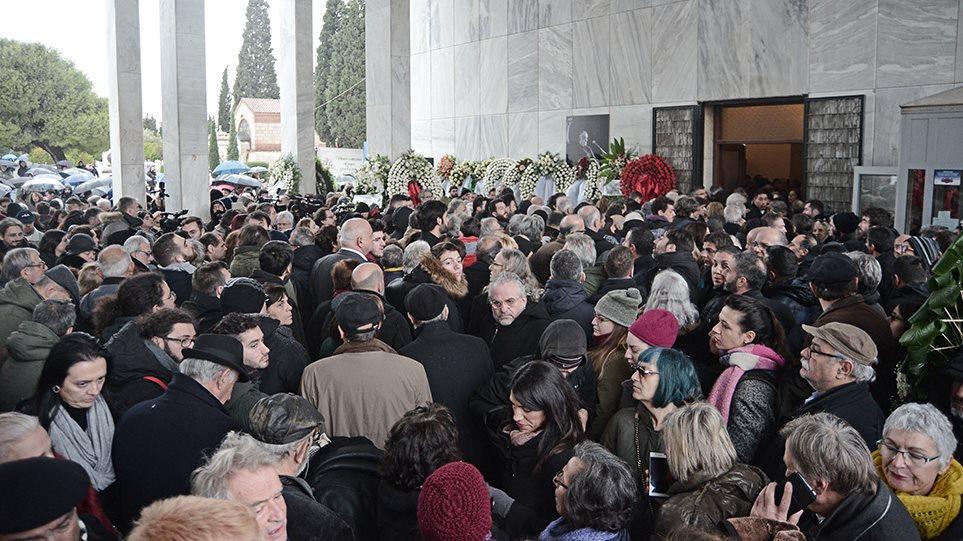 Κηδεία Θάνου Μικρούτσικου: Πλήθος κόσμου στο «τελευταίο αντίο» πλημμυρισμένο από τη μουσική του! (φωτο&βιντεο)