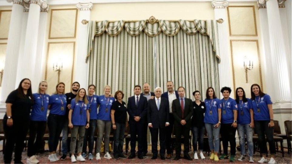 Ο Πρόεδρος της Δημοκρατίας με την Παγκόσμια Πρωταθλήτρια εθνική μπάσκετ κωφών γυναικών!