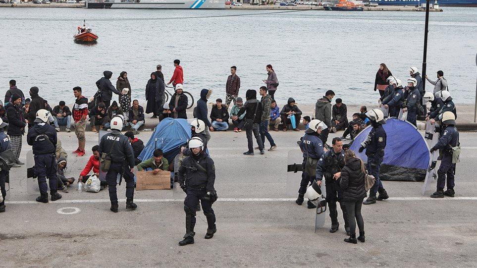 Μεταναστευτικό: Έκρυθμη η κατάσταση στη Λέσβο – Νέα διαδήλωση αιτούντων άσυλο στο λιμάνι! (ΒΙΝΤΕΟ)