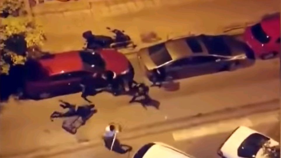 Άγρια ληστεία στη Θεσσαλονίκη με ρόπαλα και μπουνιές – Δείτε το βίντεο