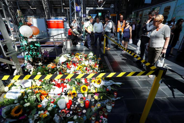 Γερμανία: Η απίστευτη ιστορία του 40χρονου που έριξε το αγοράκι στις γραμμές του τρένου!