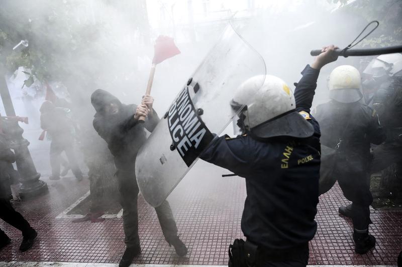 Επεισόδια μεταξύ φοιτητών και ΜΑΤ, έξω από τη Βουλή -Συγκρούσεις και χημικά! (ΒΙΝΤΕΟ)