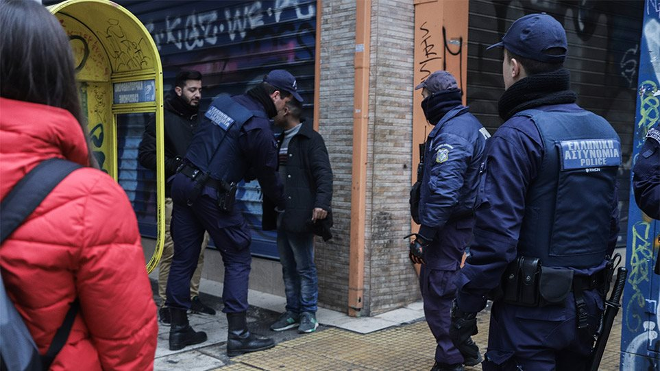 Σε εφαρμογή το σχέδιο της ΕΛΑΣ: Αστυνομικοί έχουν κατακλύσει το κέντρο της Αθήνας! (BINTEO)