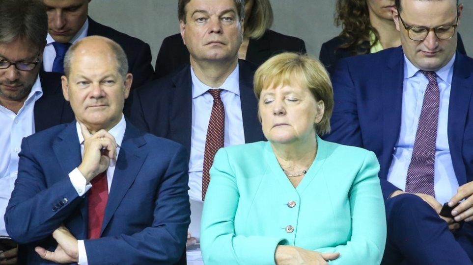 Το μυστήριο με την Μέρκελ συνεχίζεται: Έκλεινε τα μάτια σαν να κοιμόταν όρθια! (ΦΩΤΟ&ΒΙΝΤΕΟ)