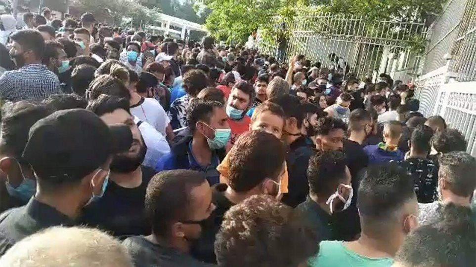 Άρση μέτρων: «Χάος» στην Υπηρεσία Ασύλου – Μετανάστες συνωστίστηκαν και περίμεναν να εξυπηρετηθούν! (BINTEO)
