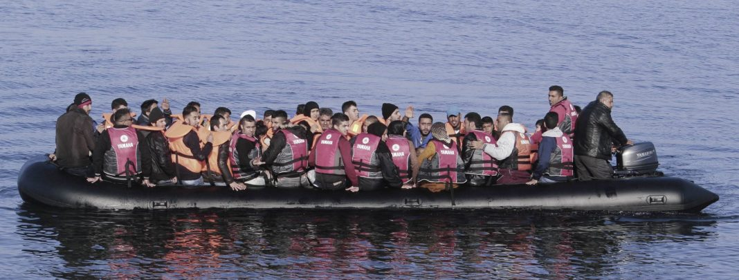 «Βουλιάζουν» τα νησιά από τους μετανάστες: Σε απόγνωση οι κάτοικοι, τι λέει ο Κουμουτσάκος!