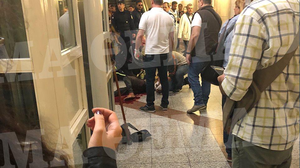 """Θρίλερ στο Μοναστηράκι: Δεν είναι μαχαιρωμένος ο άνδρας που βρέθηκε αιμόφυρτος στο σταθμό! Τι δήλωσε αυτόπτης μάρτυρας στο """"ΑΛΕΡΤ""""! ΦΩΤΟΓΡΑΦΙΕΣ – ΣΟΚ!"""