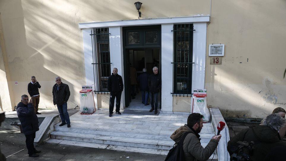 Δίκη για Μάνδρα: «Ντροπή, μας δουλεύουν» ξέσπασαν οι συγγενείς των θυμάτων για την «ακατάλληλη» αίθουσα
