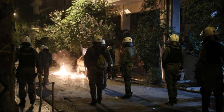 Εξάρχεια: Επεισόδια με μολότοφ -Επίθεση σε αστυνομικούς της ΔΙΑΣ, πήραν τα κλειδιά από τις μοτοσικλέτες