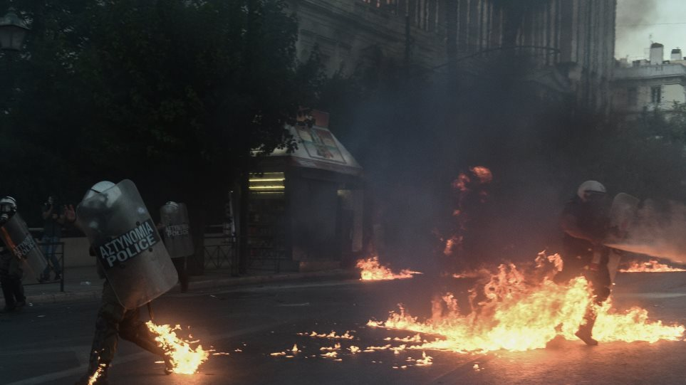 Επίθεση με μολοτόφ σε αστυνομικούς στο Εφετείο!