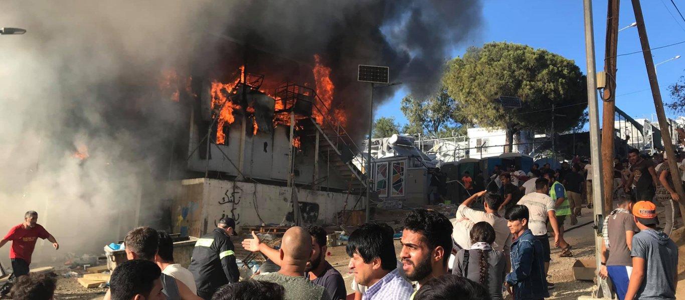 Νέοι εμπρησμοί στη Μόρια – Καίγεται ολοσχερώς η δομή – 2 αρματαγωγά στη Λέσβο για να φιλοξενήσουν αλλοδαπούς