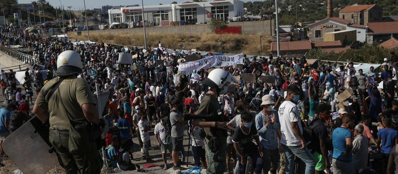 Εξέγερση στην Λέσβο των παράνομων μεταναστών που έκαψαν την Μόρια: Επιτίθενται κατά κύματα στους αστυνομικούς! (βίντεο)