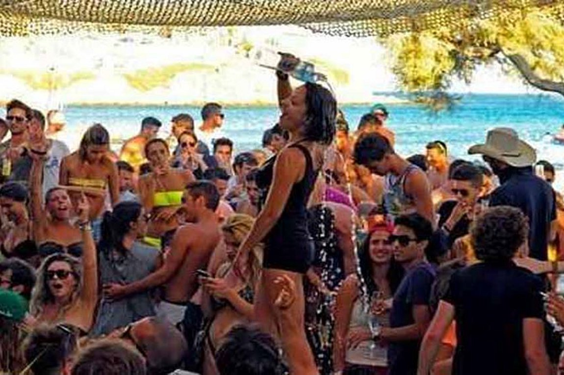 Τρεις συλλήψεις στη Μύκονο σε ελέγχους Beach Bar – Κλιμάκια της ΕΛ.ΑΣ. σαρώνουν τα νησιά