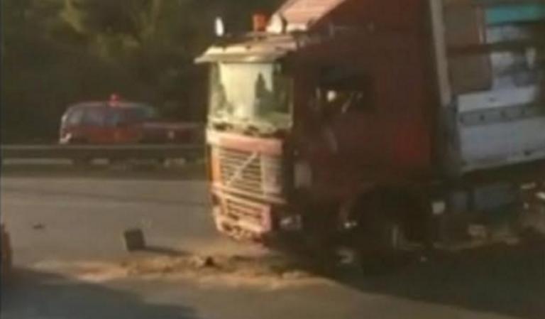 ΣΥΝΑΓΕΡΜΟΣ στη λεωφόρο Αθηνών! ΑΝΑΤΡΟΠΗ νταλίκας κοντά στο ΔΑΦΝΙ! Δύο τραυματίες… (φωτο&βιντεο)