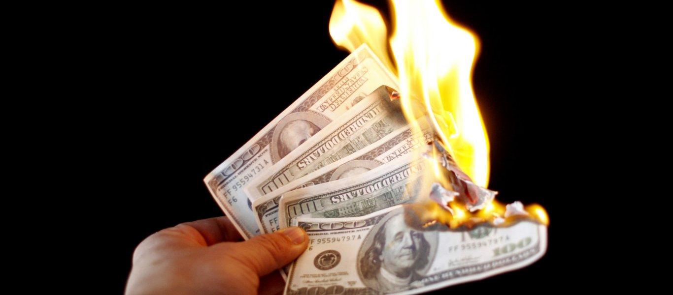 Πρωτοφανές: Έκαψε ένα εκατομμύριο δολάρια για να μην τα δώσει στην πρώην σύζυγό του!