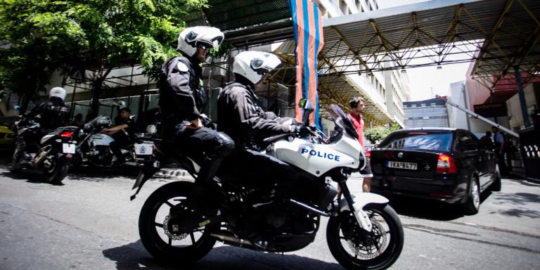Πώς οι Αρχές συνέλαβαν τον γνωστό παρουσιαστή -Επιχείρησε να κλέψει κινητό στο Σύνταγμα!