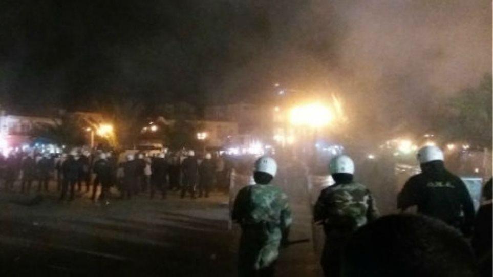 Άγριες συμπλοκές νεαρών με ΜΑΤ στην Ορεστιάδα – Μαχαιρώθηκε ένας αστυνομικός