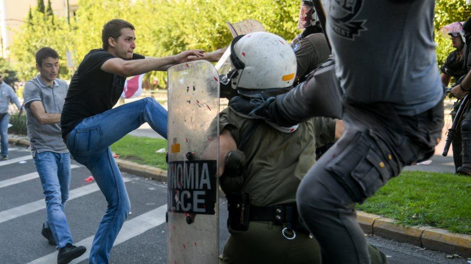 Η κατάθεση του αστυνομικού για τον «καρατέκα» διαδηλωτή: Ένιωσα να χάνω το φως μου! – Τι λέει η ΓΑΔΑ! (βιντεο)