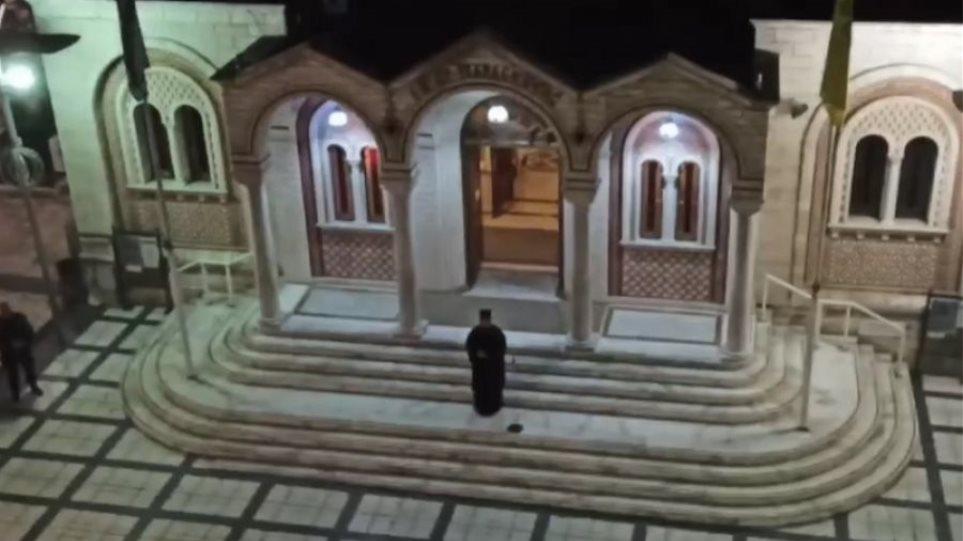 Κορωνοϊός – Θεσσαλονίκη: Έψαλε «Τη Υπερμάχω» από το προαύλιο του ναού – Συμμετείχαν πιστοί από μπαλκόνια! (βιντεο)