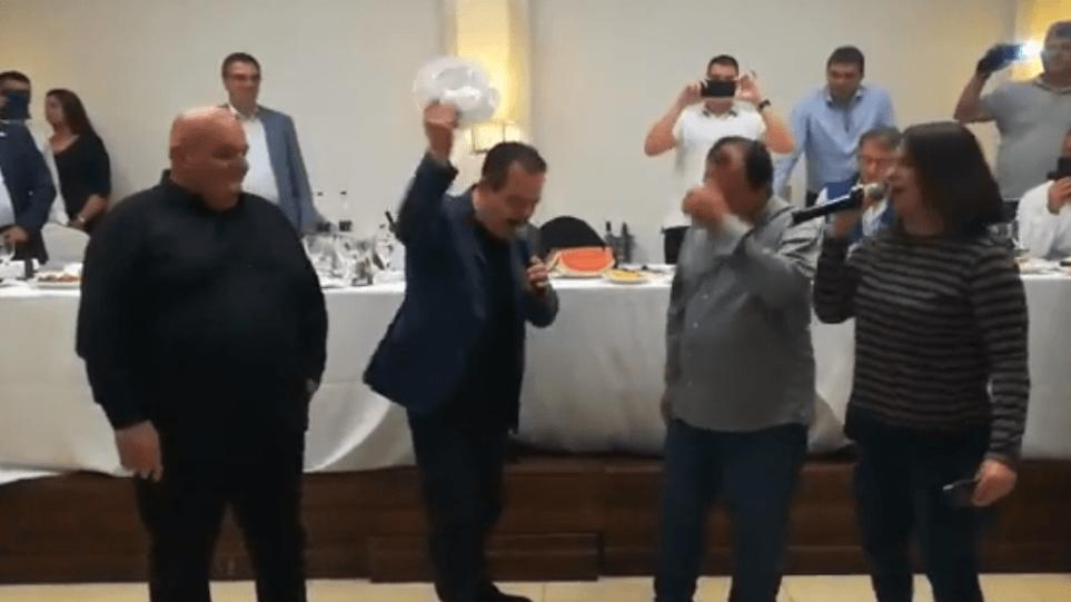Βίντεο: Ο Σέρβος ΥΠΕΞ τραγουδά το «Μη μου θυμώνεις μάτια μου» και σπάει πιάτα!