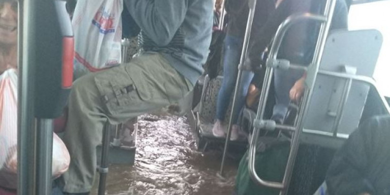 Απίστευτη Ελλάδα: Λεωφορείο στον Ασπρόπυργο πλημμύρισε και οι επιβάτες κρέμονταν για να σωθούν! (ΒΙΝΤΕΟ)