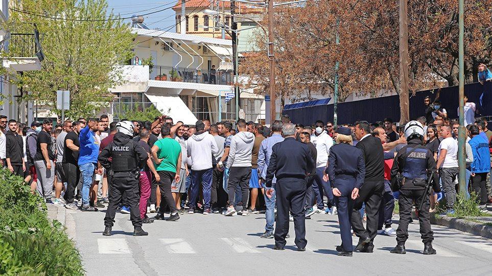 EKTAKTO – Επεισόδια στη Ν.Σμύρνη Λάρισας- Άναψαν φωτιές οι Ρομά! (ΒΙΝΤΕΟ)