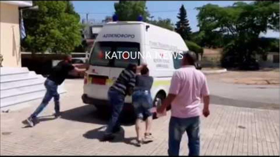ΝΤΡΟΠΗ και ΑΙΣΧΟΣ! Σπρώχνουν ασθενοφόρο με τραυματία στην Ελλάδα του 2019!!! Μιλάμε για τραγελαφικές καταστάσεις! (ΒΙΝΤΕΟ)