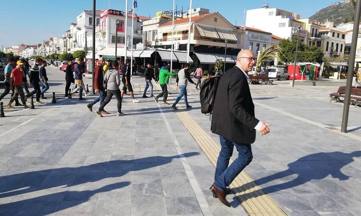 Έξαλλος ο δήμαρχος Ανατολικής Σάμου με τους μετανάστες: «Φύγετε τώρα όλοι από εδώ» (ΒΙΝΤΕΟ)