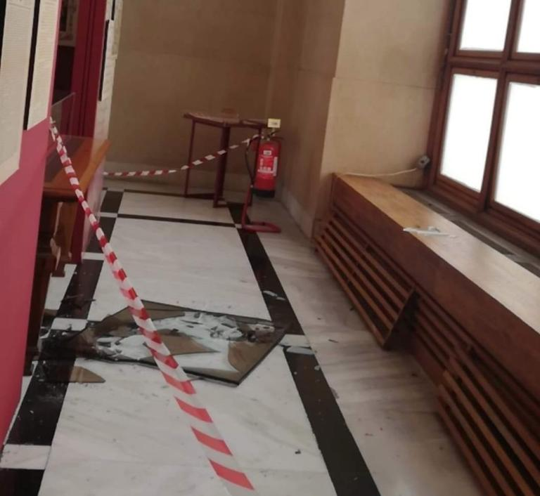 ΣΟΚ ΜΕΤΑ ΤΟΝ ΣΕΙΣΜΟ! Ρωγμές στο κτίριο της Βουλής! (ΦΩΤΟ)