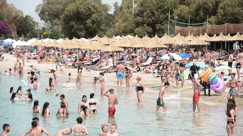 Άρση μέτρων: Χαμός στις παραλίες και σήμερα – Με πετσέτες, αντηλιακά και… αντισηπτικά οι λουόμενοι! (ΦΩΤΟ)