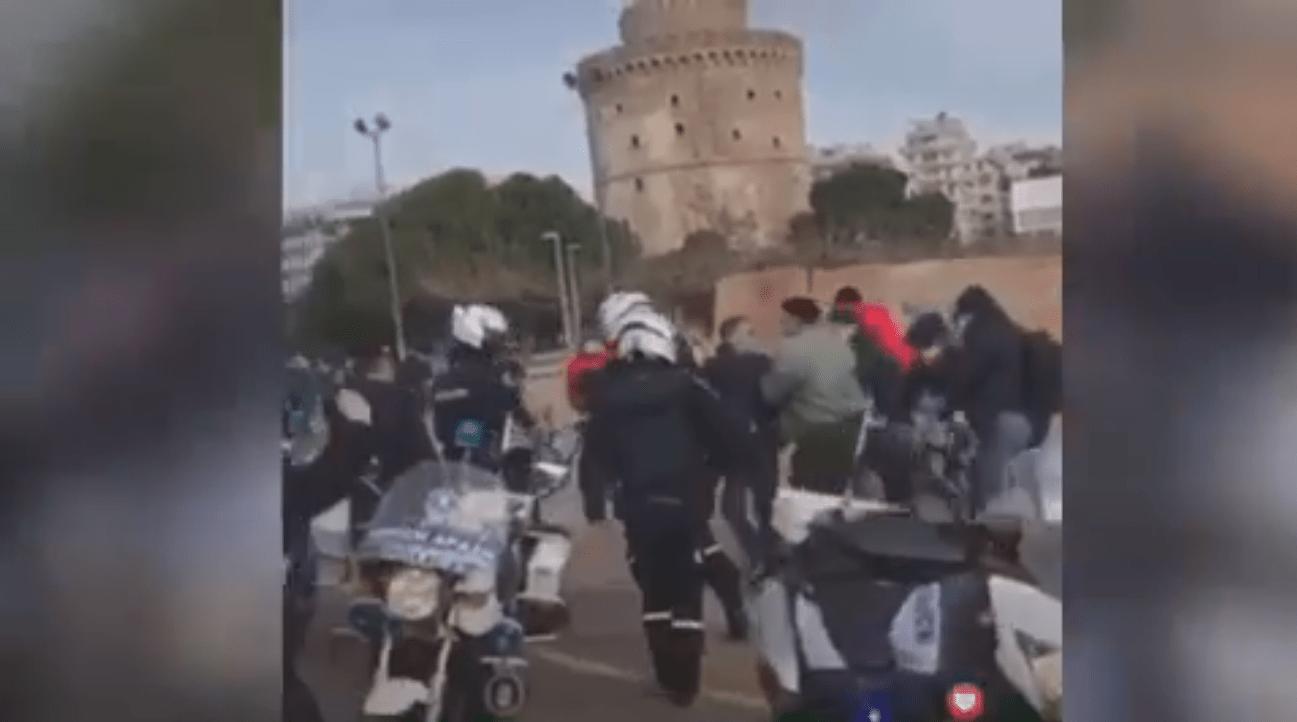 """Θεοφάνεια Θεσσαλονίκη 2021: Τρείς προσαγωγές πιστών που έκαναν το """"έγκλημα"""" να ρίξουν τον Σταυρό (Βίντεο)"""