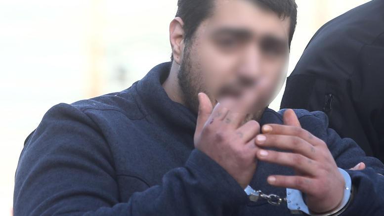 Δολοφονία Τοπαλούδη: Απίστευτα ΠΡΟΚΛΗΤΙΚΟΣ και Αμετανόητος και στη δίκη ο δολοφόνος, ύψωσε το μεσαίο δάχτυλο στους δημοσιογράφους! (φωτο)