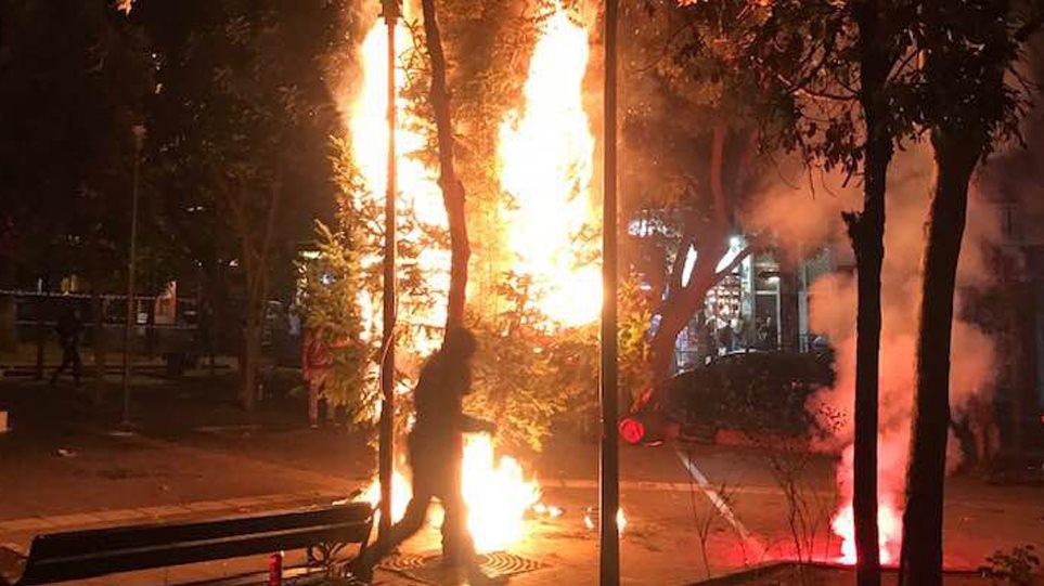 Άγνωστοι έκαψαν πάλι το χριστουγεννιάτικο δέντρο στα Εξάρχεια! (BINTEO)