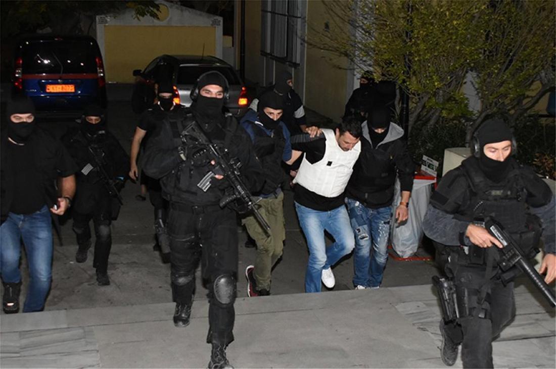 Στον εισαγγελέα οι τρομοκράτες – Δείτε το Βίντεο της μεταγωγής! Με χυδαίο τρόπο βρίζουν αστυνομικούς και κάμερες: «Γαμ@ το σπίτι σας… γαμ@ την Π…. σας, γαμ@…»