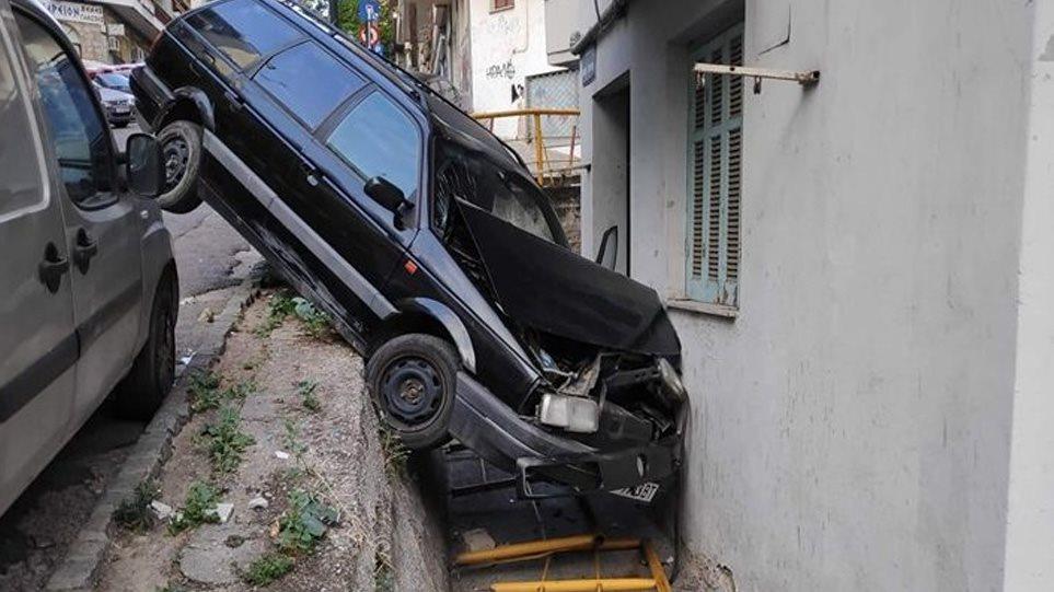 Σοκαριστικό τροχαίο στη Θεσσαλονίκη: Αυτοκίνητο «καρφώθηκε» σε τοίχο! (ΣΥΓΚΛΟΝΙΣΤΙΚΕΣ ΦΩΤΟ)